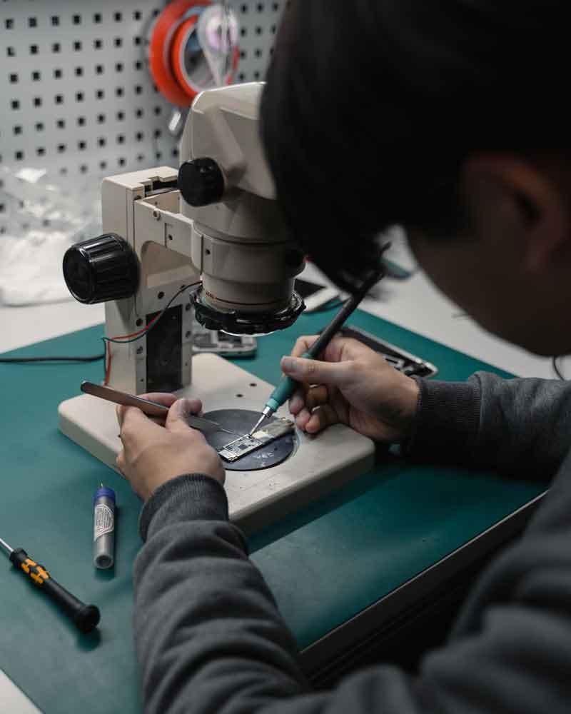 tecnico reparando telefono celular